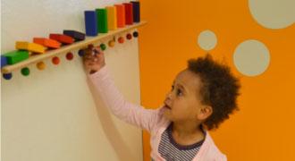 Kinderarztpraxis München Kind spielt